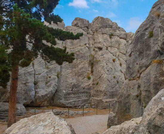 Entrada a galería templo Yazilikaya