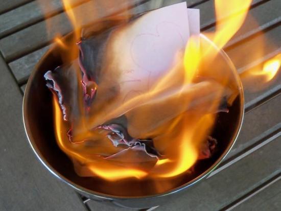 Rituales para olvidar amor del pasado - Foto quemada