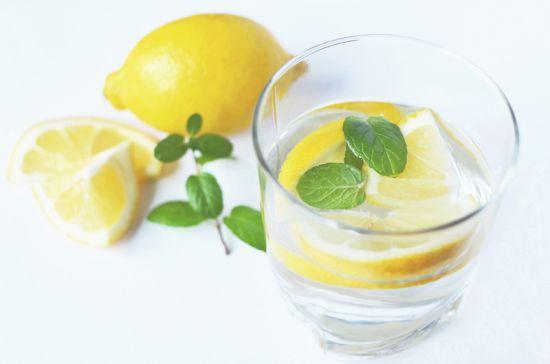propiedades agua con limon
