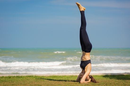 Postura de Yoga - Sobre la cabeza